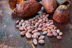 Wysuszony kakao i kakao ziarna na drewnianym tle zdjęcie stock