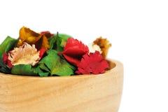 Wysuszony kwiat z aromatem w drewnianej filiżance Obrazy Stock