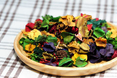 Wysuszony kwiat z aromatem w drewno talerzu Fotografia Royalty Free