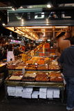 Wysuszony przy targowym losem angeles Boqueria - owocowy stojak i klient, Barcelona Zdjęcia Royalty Free