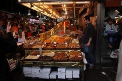 Wysuszony przy targowym losem angeles Boqueria - owocowy stojak i klient, Barcelona Obraz Royalty Free