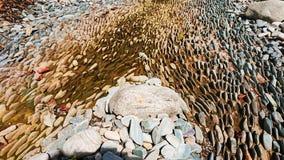 Wysuszony rzeczny łóżko z strzępiastymi skałami zdjęcie royalty free