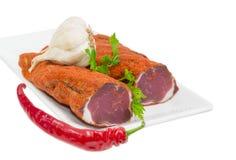 Wysuszony wieprzowiny tenderloin, czosnku, chili i pietruszki zbliżenie, Zdjęcia Stock