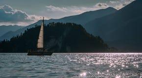 Wysyła żagiel łódź w como jeziorze z halnymi alps Bellagio obraz royalty free