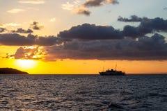wysyła blisko Istanbuł wysp że żagle w jaskrawym żółtym zmierzchu zdjęcie royalty free