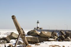 Wysyła kotwicę na skalistym brzeg wzdłuż mola z latarnią morską w Duluth, Zdjęcie Royalty Free