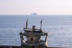 Wysyła nawigacja pelengu militarnego typ na stronie most gdy statek żegluje Obrazy Royalty Free