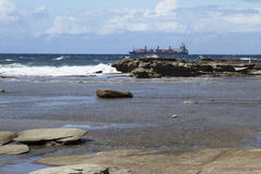 Wysyła przewodzić out morze przeciw fala Obrazy Royalty Free