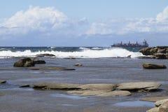 Wysyła przewodzić out morze przeciw fala Zdjęcie Royalty Free