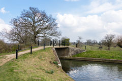 WYSYŁA, SURREY/UK - MARZEC 25: Most nad kanałem przy Papercourt Obrazy Stock