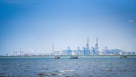 Wysyłka ładunku żuraw i zbiornika statek w biznesie i logistyce w schronieniu eksportowym i importowym obraz stock