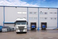 Wysyłka ładunku ciężarówka przy magazynowym budynkiem zdjęcie royalty free