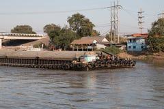 Wysyłki łodzi transportu surowi materiały w rzece Fotografia Royalty Free