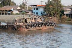 Wysyłki łodzi transportu surowi materiały w rzece Obraz Stock