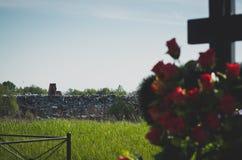 Wysypisko blisko cmentarza Zdjęcie Stock