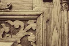 Wyszczególnia część dekoracyjny stary drewniany drzwi z ornamentem w Tbilisi, Gruzja zdjęcie stock