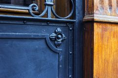 Wyszczególnia część dekoracyjny stary metalu drzwi z ornamentem w Tbilisi, Gruzja obraz royalty free