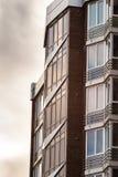 Wyszczególnia fasadę nowi i nowożytni mieszkanie w wieżowcu w Ukraina Zdjęcia Stock