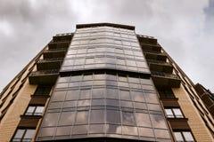Wyszczególnia fasadę nowi i nowożytni mieszkanie w wieżowcu w Ukraina obraz royalty free