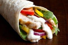 Wyszczególnia os piec na grillu kurczaka i sałatki tortilla opakunek z białym sau fotografia royalty free