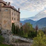 Wyszczególnia widok na Grodowym Schenna Scena blisko Meran podczas zmierzchu Schenna, Gubernialny Bolzano, Po?udniowy Tyrol, W?oc obraz royalty free