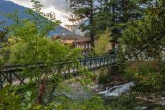 Wyszczególnia widok na sławnym moście, Steinerner Steg w mieście Meran, Gubernialny Bolzano, Po?udniowy Tyrol, W?ochy europejczyc obrazy stock