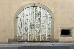 Wyszczególnia widok stara nieociosana drewniana brama w domowym przodzie obraz stock