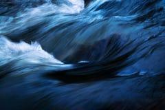 Wyszczególnia zmrok - błękitne fala zdjęcia stock