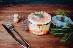 Wyszukana łososiowa sałatka z parmesan i rozwidlenie na drewnianym tle obraz stock