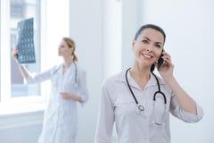 Wyszukany lekarz praktykujący używa nowożytnego gadżet przy medycznym lab obrazy royalty free