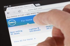 Wyszukiwać Dell webpage na ipad Fotografia Royalty Free