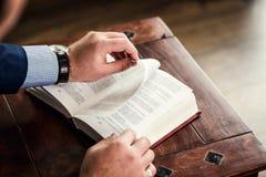 Wyszukiwać książkowy - Wręcza gmeranie przez książki, ręka liść obraz stock