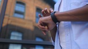 Wyszukujący Online na Smartwatch, Trwanie Młody Czarny Męski projektant Obraz Royalty Free
