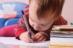 Wytrwały szkolenie (dziewczynka uczy się pisać, rozwój, edu zdjęcia stock