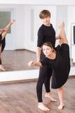Wytrwały utalentowany tancerza chylenie posyła obrazy royalty free