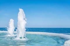 Wytryśnięcie woda fontanna Pluśnięcie i piana woda Błękitny ve obrazy stock