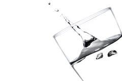 Wytryśnięcie woda w szkle zdjęcie stock