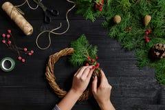 Wytwórca Bożenarodzeniowy wystrój z ich swój ręki Bożenarodzeniowy wianek dla wakacje uczcić nowy rok wierzchołek Zdjęcie Royalty Free