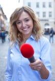 Wywiad młoda kobieta z blondynem w mieście obrazy stock