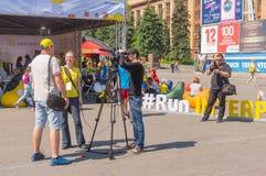 Wywiad na głównym placu miasto podczas Interipe Dnipro Przyrodniej Maratońskiej rasy na miasto ulicie Obraz Royalty Free