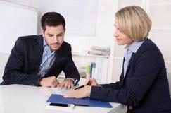 Wywiad z kierownikiem i młodym atrakcyjnym mężczyzna przy biurem. obraz stock