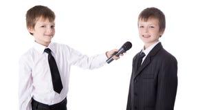 Wywiadu pojęcie - dwa chłopiec w garniturach z mikro Obrazy Stock