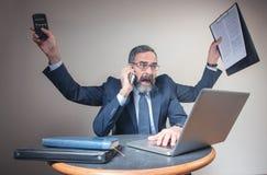 Wywierający nacisk biznesmena multitasking, biznesowy pojęcie i miastowy styl życia, obraz royalty free