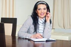 wywoławczego telefonu zdziwiona kobieta Fotografia Royalty Free