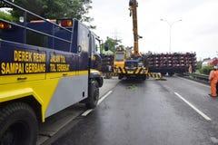 Wywrócony ciężarówki nieść tuziny motorowy sport Zdjęcia Royalty Free