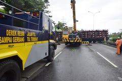 Wywrócony ciężarówki nieść tuziny motorowy sport Zdjęcie Royalty Free