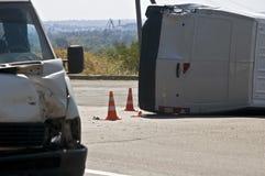 Wywrócony transport na miejscu wypadku z ruchów drogowych rożkami zdjęcia royalty free
