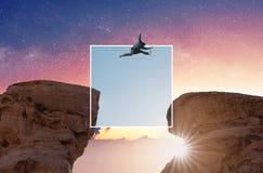 Wyzwanie, ryzyko, wolno?? i beztroski poj?cie, Sylwetka m??czyzna skacze nad urwisko falezy z kolorowym niebem skrzy?owaniem obrazy stock