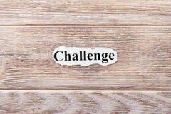 Wyzwanie słowo na papierze Pojęcie Słowa wyzwanie na drewnianym tle obraz royalty free