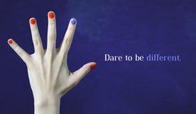 wyzwaniem jest inny Oryginalności i twórczości pojęcie z błękitnym tłem Jeden różny gwoździa kolor w palcu Obraz Stock